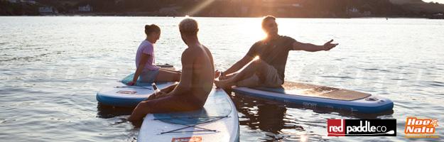 SUP relajante con amigos en una puesta de sol