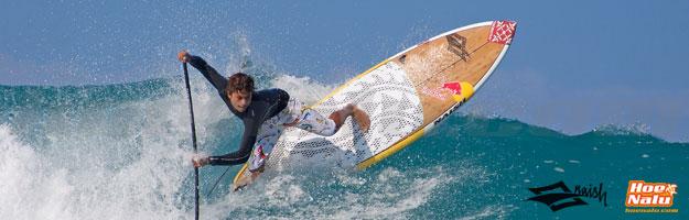 Kai Lenny sesión de SUP Surf - mostrando el stress del remo en una ola