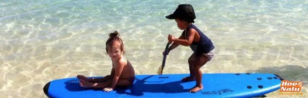 Kiara Goold una rider de 2 añitos, remando desde Tahiti