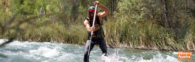 Zapa en plena acción bajando aguas bravas en SUP