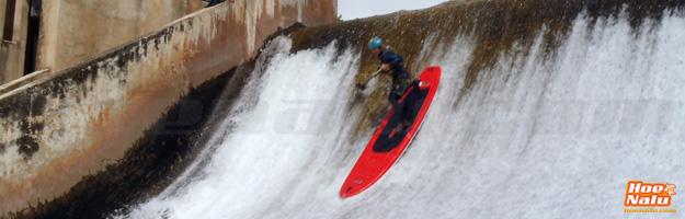 Zapa demostrando su habilidad bajando una presa en el río Cabriel