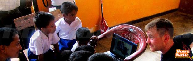 Yohann enseñando a un grupo de niños en la escuela