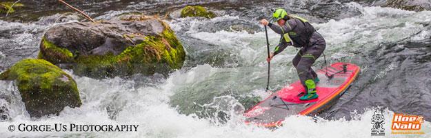Dan Gavere de Starboard bajando un río con su tabla de SUP