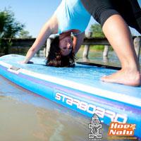 Pose de Yoga V Invertida sobre una tabla de SUP Starboard